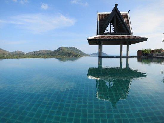 InterContinental Samui Baan Taling Ngam Resort: Der Infinity Pool an der Lobby