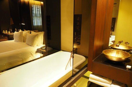 Hotel Teatro Porto : Cool bathtub