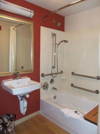 Red Roof Inn Greensboro Coliseum : Large Bathroom
