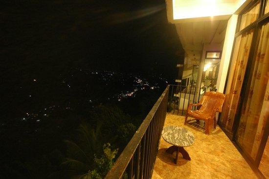 Kandy Panorama Resort : ночной вид с балкона номера