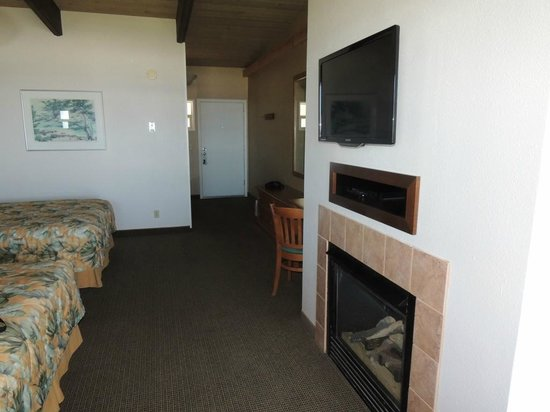 Fireside Motel: flat screen on wall, fireplace