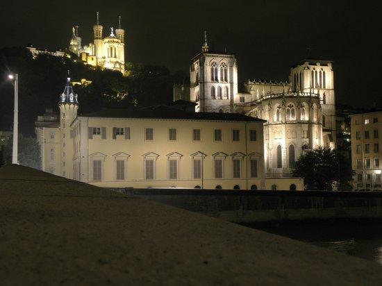 Basilique Notre Dame de Fourviere: La Basilica di N D de la Fourviere (sulla collina) di notte.