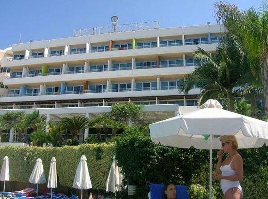 Mediterranean Beach Hotel: Отель со стороны бассейна