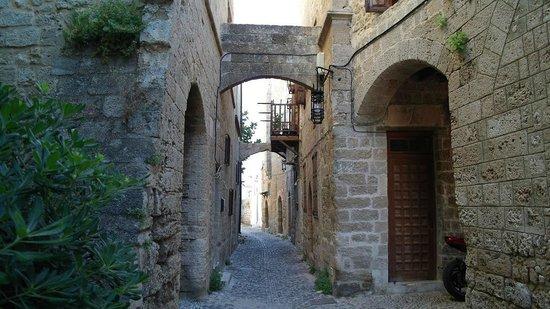 Saint Michel: Дорога к отелю от центра старого города
