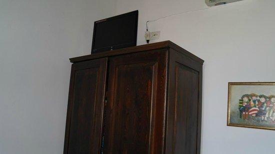 Saint Michel: Телевизор стоял на шкафу
