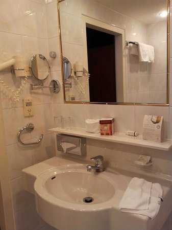 Hotel Am Parkring: Badezimmer mit Wanne, schön hell ausgeleuchtet