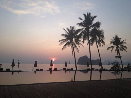 Koh Ngai Thanya Beach Resort: Sunrise over the pool