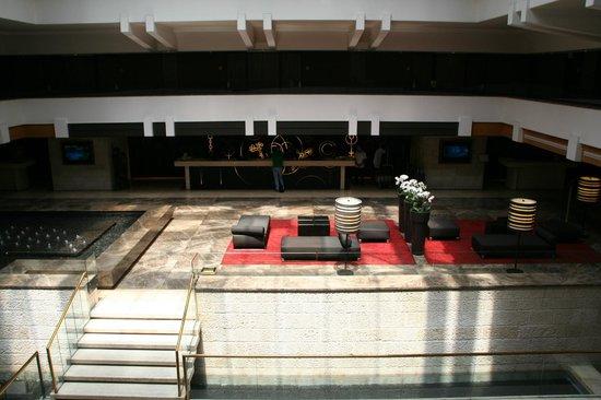 Dan Jerusalem Hotel : La grande hall vista dalla camera