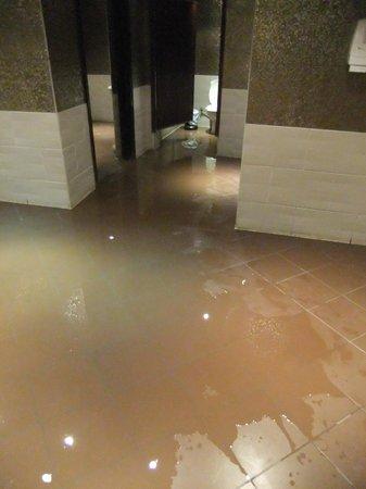 Al Nabila Grand Bay Makadi: Überflutete öffentliche Toilette