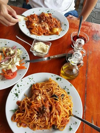 Tulum Trattoria Romana: ravioli and spaghetti with ensalada