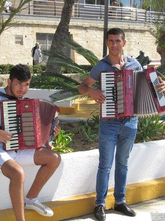 Parque de Elche : Entertainment along the path