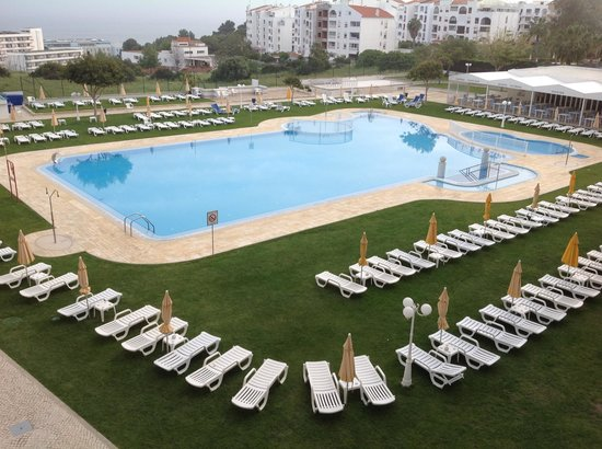 Hotel Apartamento Brisa Sol: View from our balcony of outdoor pool