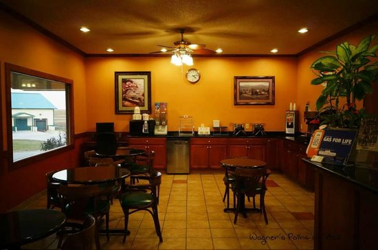 HomeTown Inn and Suites : Continental Breakfast area in front lobby