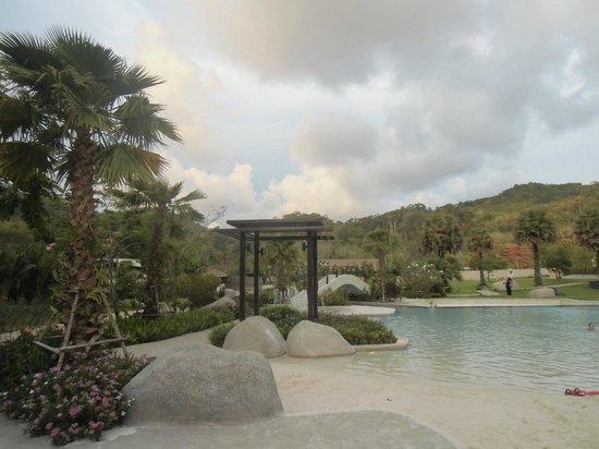 Naithonburi Beach Resort: территория отеля
