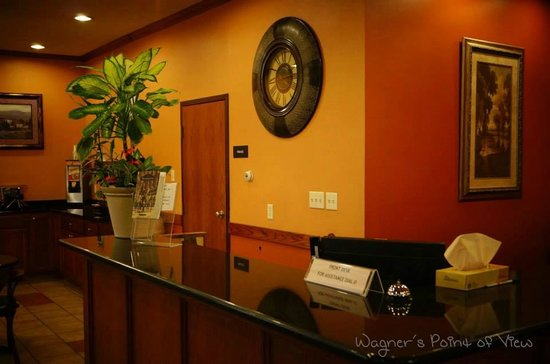 HomeTown Inn and Suites : Front lobby area