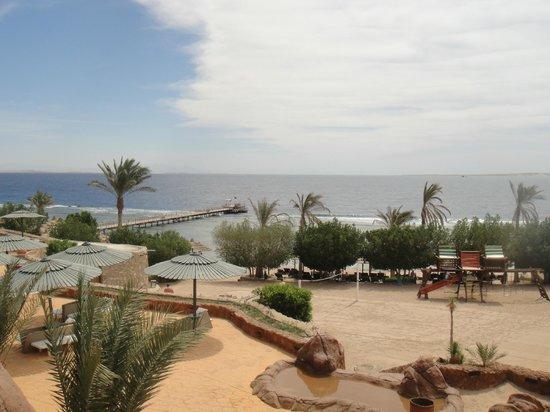 Hauza Beach Resort: пляж и пирс