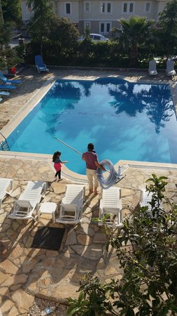 Hotel Garden of Eden : Swimming pool being cleaned by owner and daughter