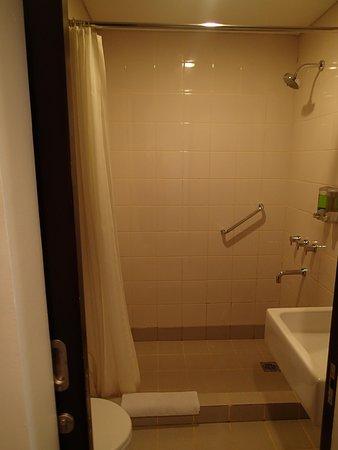Amaris Hotel Juanda : bathroom
