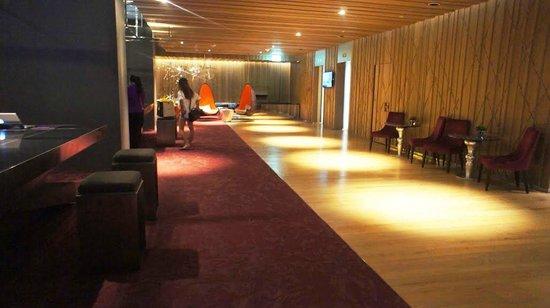 Mode Sathorn Hotel: Ciemny, klimatyczny hall przy recepcji.