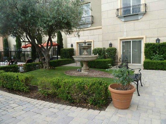 Ayres Hotel Seal Beach: courtyard