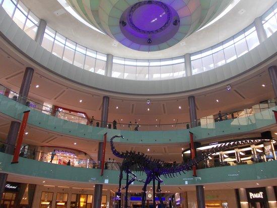 The Dubai Mall : dubai mall - atrio con scheletro dinosauro