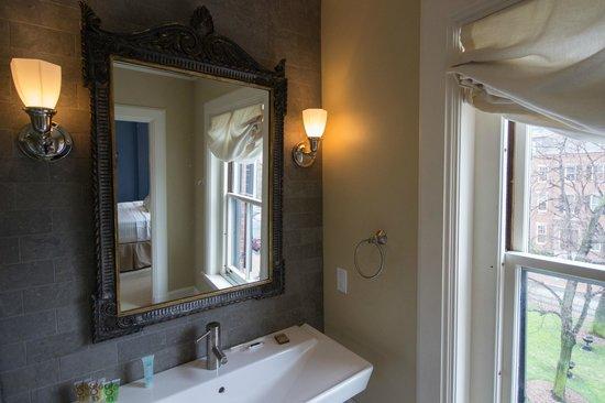 14 Union Park: King Deluxe Room Bathroom