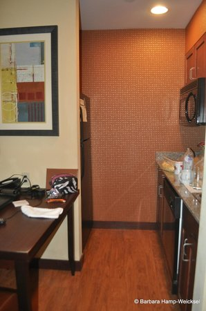 Homewood Suites by Hilton Palm Desert: table in kitchen area
