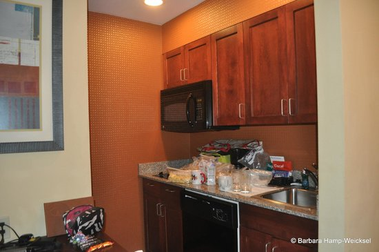 Homewood Suites by Hilton Palm Desert: Kitchen area  - full size frig, stove, microwave, sink, dishwasher. Dishes, pots & pans, silverw