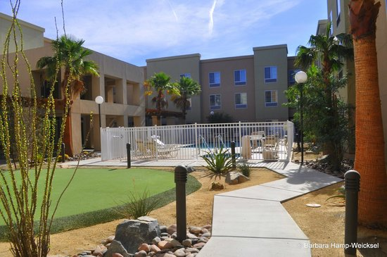Homewood Suites by Hilton Palm Desert: Pool / Putting Green area