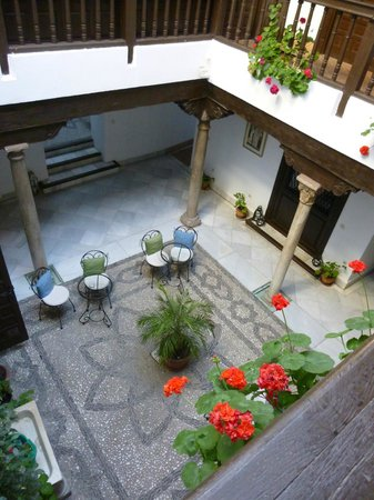 Hotel Casa del Capitel Nazari: Charming courtyard at the centre of the hotel.