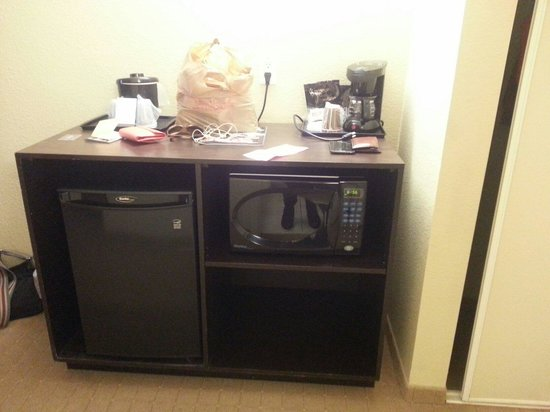 Country Inn & Suites By Carlson, Niagara Falls, ON: Kitchenette with counter, coffee pot and supplies, microwave and Mini fridge (room 516)