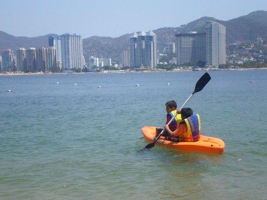 Park Royal Acapulco : Actividad de Kayak en la playa