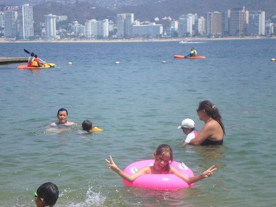 Park Royal Acapulco: Los niños en el mar