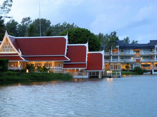 Outrigger Laguna Phuket Beach Resort: Морской ресторан