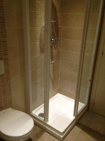 Hotel Autoespresso: Shower