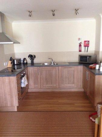 De Vere Cotswold Water Park: Kitchen - one bedroom apartment
