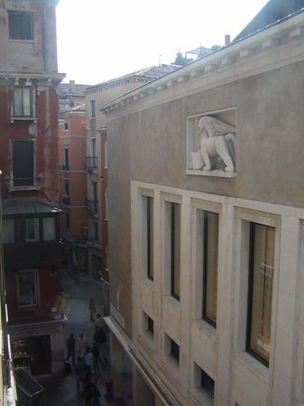 Hotel Firenze: The view from our room. San Marco is just down that pathway!