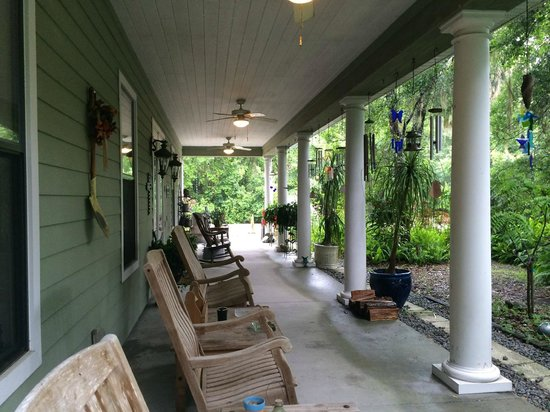 Cinnamon Inn Bed & Breakfast: Front Porch with rocking chairs.