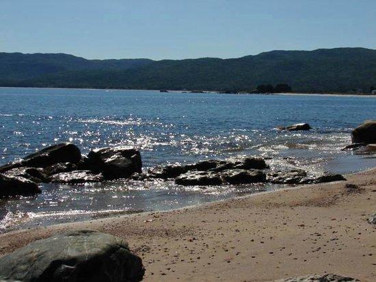 Seascape Coastal Retreat : quiet beach below