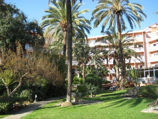 Best Siroco: сад перед отелем