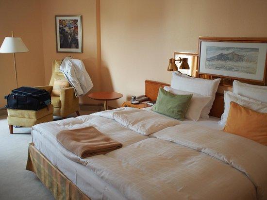 Grand Elysée Hotel Hamburg: King bed, no comforter