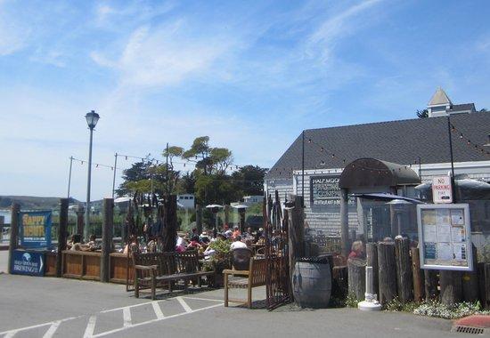 Half Moon Bay Brewing Company: Outdoor seating area
