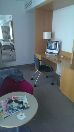 Doubletree by Hilton Hotel Leeds City Centre : Work area of king junior suite