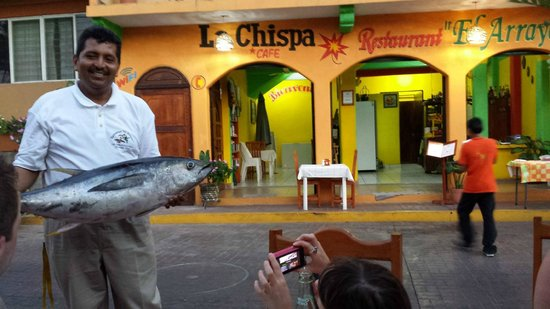 Restaurant El Arrayan: The owner with his fresh catch