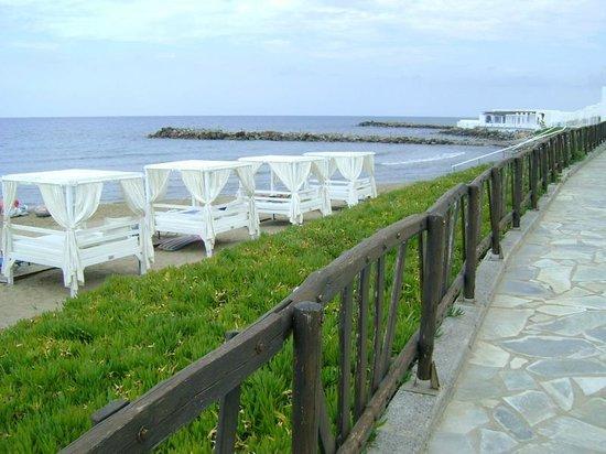 Knossos Beach Bungalows & Suites : территория вдоль пляжа