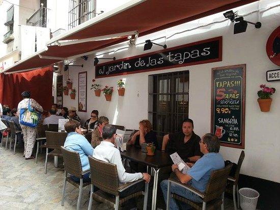 El Jardin de las Tapas: tables sur la rue