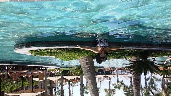 Villa del Arco Beach Resort & Spa: Girlfriend at pool side.