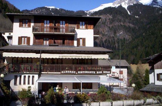 The Sun Hotel: Ubicato al centro del paese,tra la storica strada Priula e la provinciale per il Passo S.Marco..