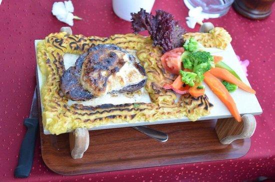 Safran Restaurant Cafe & Bar: Plank steak bernaise..