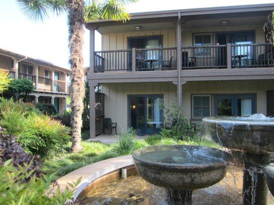 El Pueblo Inn : Rooms opening onto garden